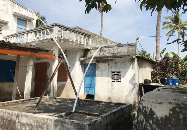 Ống dẫn nước mưa từ mái nhà xuống bể của người dân đảo Bé