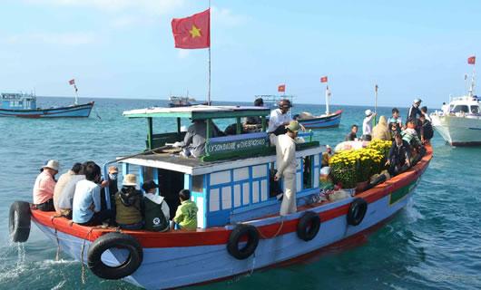 Phương tiện chở khách, lương thực, nhu yếu phẩm sang đảo Bé.