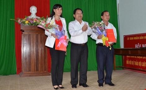 Bà Bùi Thị Quỳnh Vân (bên trái) trong buổi công bố bổ nhiệm Bí thư Huyện uỷ Lý Sơn, Quảng Ngãi.