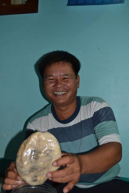 Sản vật hải sâm được ngâm rượu mà ngư dân Lý Sơn thường hay đãi mọi người biết thêm hương vị của Tổ quốc nơi Hoàng Sa