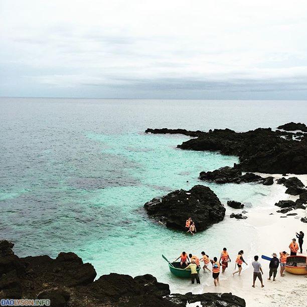 Du Khách tắm biển tại Đảo Bé - An Bình