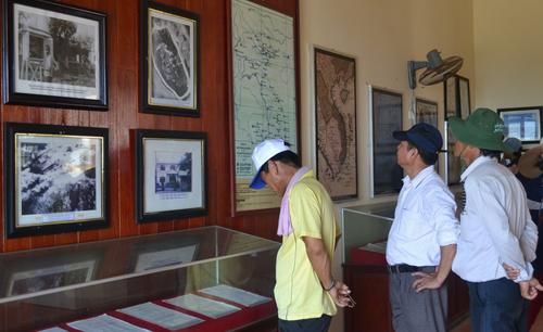 Du khách tham quan Nhà trưng bày Hải đội Hoàng Sa trên đảo Lý Sơn.