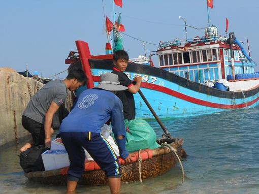 Ngư dân Lý Sơn hối hả vươn khơi bám biển cuối năm.