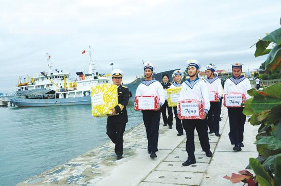 Các chiến sĩ Hải quân thuộc Lữ đoàn 161, Vùng 3 Hải quân mang quà Tết ra tàu