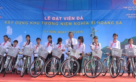 Đồng chí Trương Hòa Bình tặng xe đạp các học sinh nghèo huyện đảo Lý Sơn.