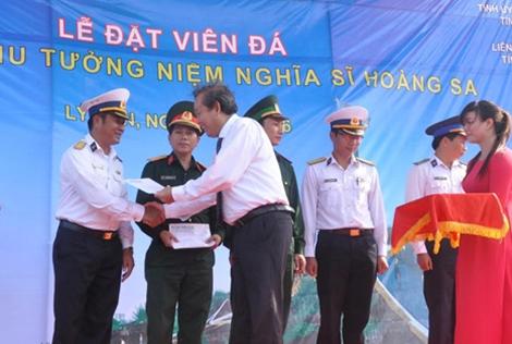 Đồng chí Trương Hòa Bình tặng quà Cảnh sát biển, Hải quân và Bộ đội biên phòng.