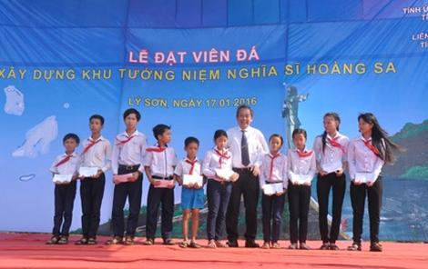 Đồng chí Trương Hòa Bình tặng xe đạp và học bổng cho học sinh nghèo hiếu học tại huyện đảo Lý Sơn.