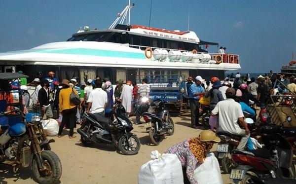 Khách tại cảng Lý Sơn