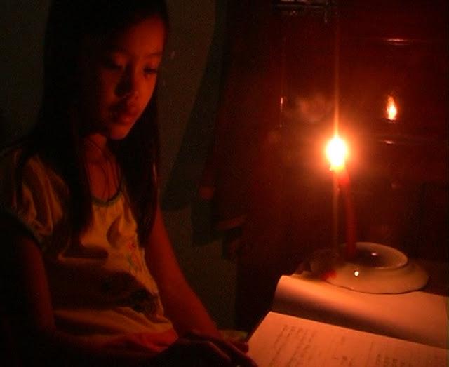 Có điện thắp sáng, các em học sinh có điều kiện học tập tốt hơn, không còn cảnh đèn dầu như thế này.