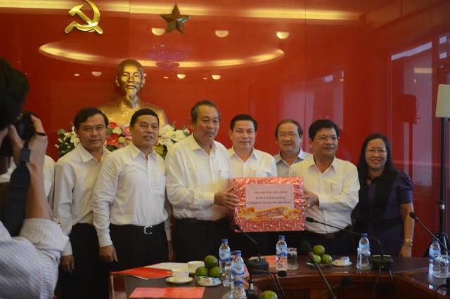 Chánh án TANDTC Trương Hòa Bình tặng quà cho lãnh đạo Tỉnh ủy Quảng Ngãi