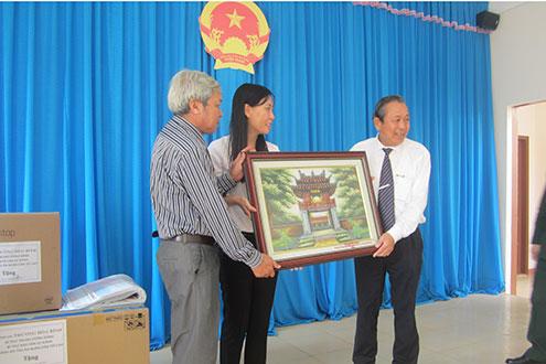 Chánh án TANDTC tặng quà lưu niệm cho lãnh đạo Huyện ủy Lý Sơn