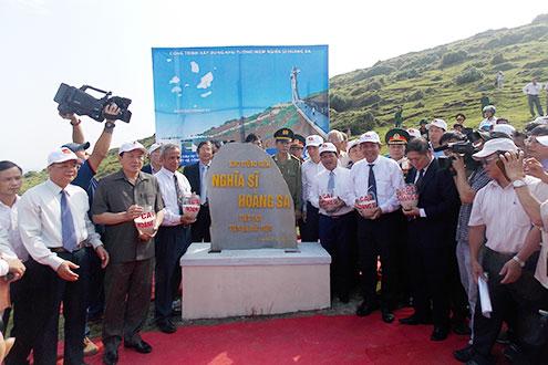 Chánh án TANDTC Trương Hòa Bình thực hiện nghi thức đổ cát tại Khu tưởng niệm Nghĩa sĩ Hoàng Sa