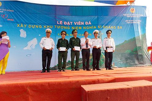 Chánh án Trương Hòa Bình tặng quà cho các đơn vị vũ trang tại buổi lễ
