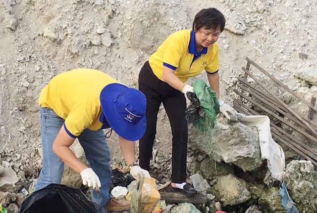 Bà Dung (phải), Tổng giám đốc PNJ Phú Nhuận tham gia dọn rác ở biển Lý Sơn.