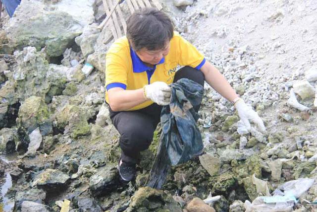 Bà Dung, TGĐ PNJ Phú Nhuận xắn tay dọn rác ở biển Lý Sơn