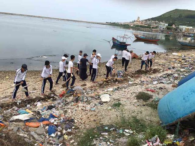 Gần 200 học sinh huyện đảo tham gia dọn rác. - Hình 4