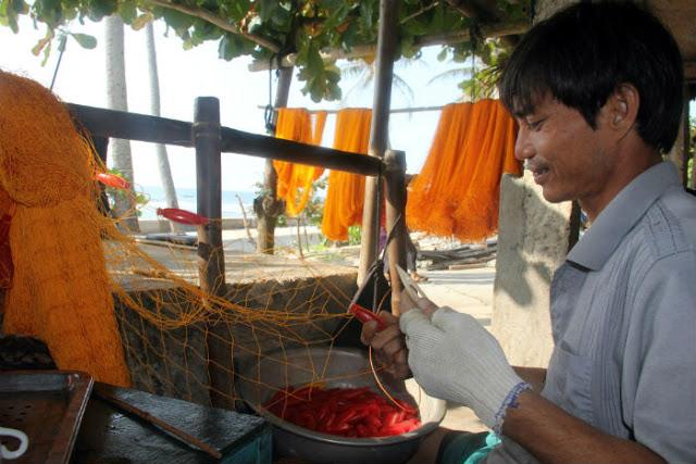 Bên cạnh nuôi cua đá, Bùi Huệ còn đan lưới rất khéo tay. Anh nhận đan cho các ngư dân địa phương với thù lao khoảng 500.000 đồng mỗi tấm lưới.