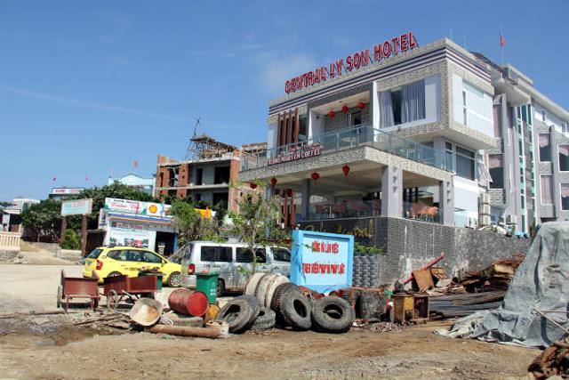 Các khách sạn, nhà nghỉ được xây dựng với tốc độ chóng mặt ở Lý Sơn trong thời gian qua.