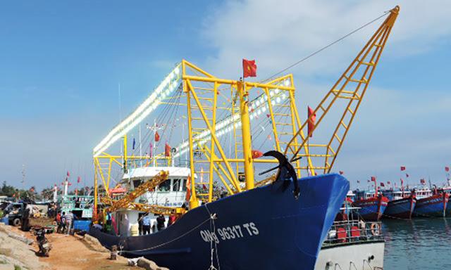 Tàu vỏ thép của ngư dân Lý Sơn bàn giao để đưa vào hoạt động.