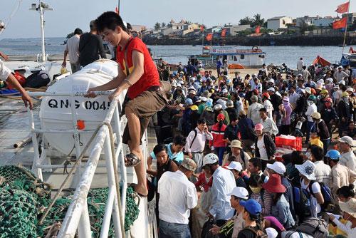Tỉnh Quảng Ngãi đang khẩn trương chuẩn bị các phương án giảm thiểu tình trạng quá tải du khách đến Lý Sơn dịp lễ Ảnh: Kỳ Nam