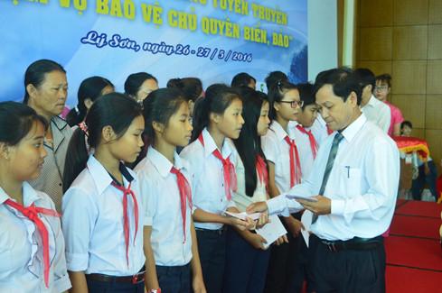 Lãnh đạo Hội Nhà báo Quảng Ngãi trao quà cho học sinh và ngư dân nghèo ở đảo Lý Sơn