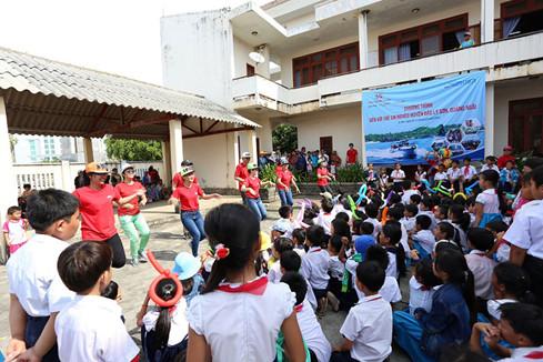 Giao lưu tổ chức trò chơi cho các em học sinh tiểu học ở đảo Lý Sơn