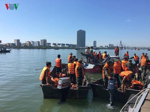 Ban chỉ huy tìm kiếm cứu nạn TP Đà Nẵng đã chia làm hai mũi tìm kiếm các nạn nhân mất tích trong vụ chìm tàu du lịch trên sông Hàn vào tối 4/6