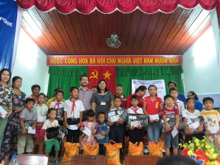 Tổng Biên tập Hoàng Văn Thành cùng lãnh đạo UBND huyện Lý Sơn trao quà cho ngư dân. Ảnh: Ngọc Phó