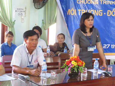 Phó Chủ tịch UBND huyện Lý Sơn Phạm Thị Hương cảm ơn sự chia sẻ khó khăn của Báo TN&MT. Ảnh: Ngọc Phó