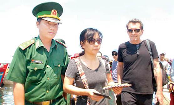 Cán bộ Đồn Biên phòng Lý Sơn hướng dẫn khách nước ngoài đăng ký thủ tục biên phòng. Ảnh:K.Toàn