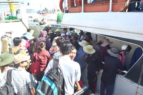 Nhiều hành khách chen lấn, leo trèo để lên xuống tàu không đúng nơi quy định tại tuyến vận tải thủy Sa Kỳ - Lý Sơn.