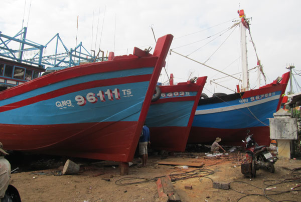 Đội tàu 3 chiếc của anh Viên vừa đi biển về lên đà sửa chữa. Ảnh: Nam Cường