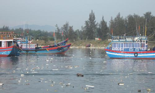 Rác trôi nổi tại cảng Sa Kỳ, xã Bình Châu, huyện Bình Sơn, tỉnh Quảng Ngãi (Ảnh: Vinh Thông)