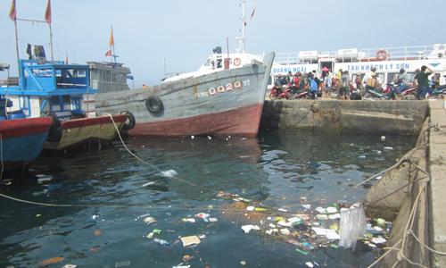 Rác thải tràn ngập tại khu vực cầu cảng Lý Sơn (Ảnh: Vinh Thông)