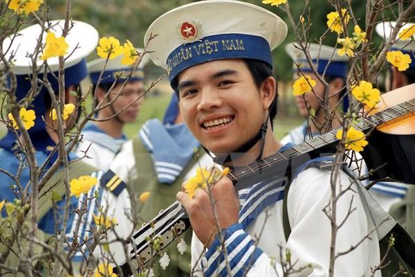 Chiến sỹ thông tin hải quân trước lúc lên đường ra đảo Trường Sa nhận nhiệm vụ mới. (Ảnh: Ngô Mỹ/TTXVN)