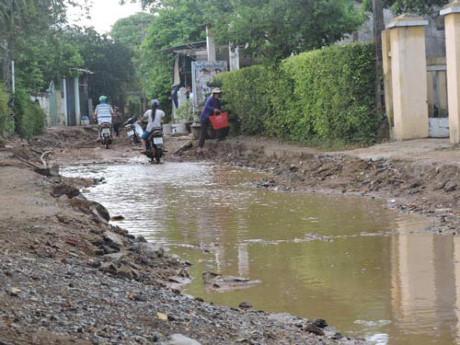Cả tuyến đường bị đào bới gây khó khăn trong việc đi lại của người dân