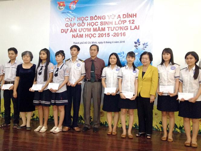 Các bạn học sinh thuộc Dự án Ươm mầm tương lai chụp hình lưu niệm với nguyên Phó chủ tịch nước Trương Mỹ Hoa