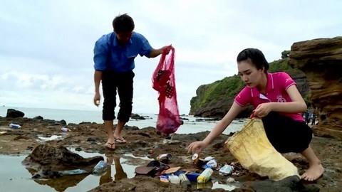 Ngọc Trân nhặt rác trên các bãi biển của Lý Sơn.