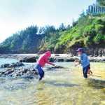 Biển Lệ Thủy, xã Bình Trị (Bình Sơn) với những núi đá đen và vỉa đá ven bờ kỳ vỹ hệt như biển Lý Sơn.
