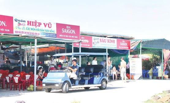 Dịch vụ xe tuk tuk, xe điện trở thành phương tiện chủ yếu để đưa đón du khách quanh đảo.