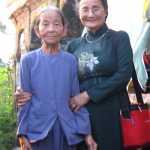 Mẹ Trần Thị Phẩm cùng tác giả tại Nhà thờ tộc Phạm Văn ở thôn Đông, xã An Vĩnh, huyên đảo Lý Sơn