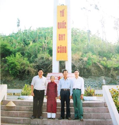 Tại Nghĩa trang Liệt sĩ của huyện đảo Lý Sơn, nơi chồng con mẹ Phẩm yên nghỉ.