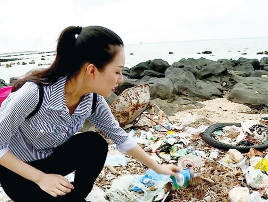 Lê Trần Ngọc Trân ở biển Lý Sơn. Ảnh: BTC.
