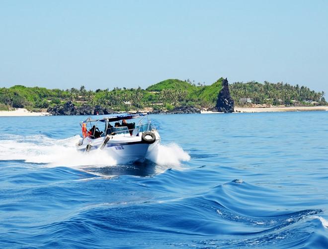 Ca nô đưa khách du lịch từ đảo Bé sang đảo Lớn, huyện Lý Sơn.Ảnh:M.Hoàng.