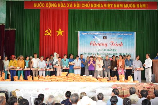 Tặng 500 suất quà cho các hộ gia đình có công với cách mạng, gia đình chính sách của huyện đảo Lý Sơn, tỉnh Quảng Ngãi. Ảnh: Kim Nhượng