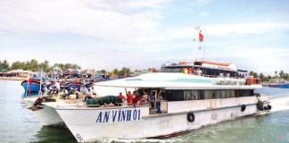Tàu cao tốc đưa khách ra đảo Lý Sơn.Không còn bù lỗ