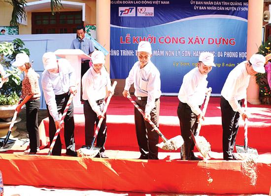 Lãnh đạo Tổng LĐLĐ Việt Nam và lãnh đạo huyện Lý Sơn thực hiện nghi thức khởi công xây dựng Trường Mầm non Lý Sơn năm 2015.