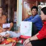 Chủ tịch Trung ương Hội Chữ thập đỏ Việt Nam Nguyễn Thị Xuân Thu thăm gia đình anh Trần Lý Tưởng ở xã An Hải, huyện Lý Sơn. Con trai anh Tưởng năm nay 22 tuổi là nạn nhân chất độc da cam. (Ảnh: Thu Hiền)
