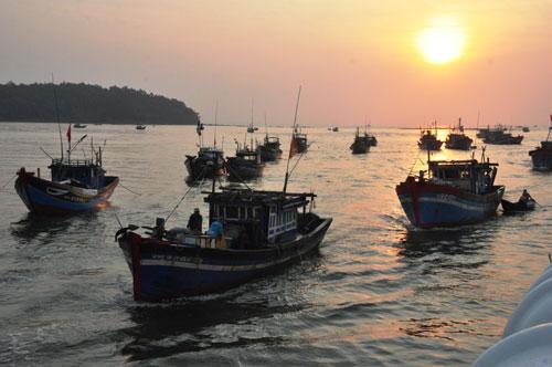 Tàu đánh cá của ngư dân tỉnh Quảng Ngãi ra khơi bám biển Ảnh: Tử Trực