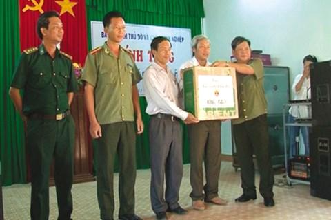 Đại tá Đào Lê Bình tặng quà quân, dân huyện đảo Lý Sơn